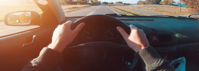Oogpunt gezien vanaf bestuurder auto vasthouden aan het stuur van een auto