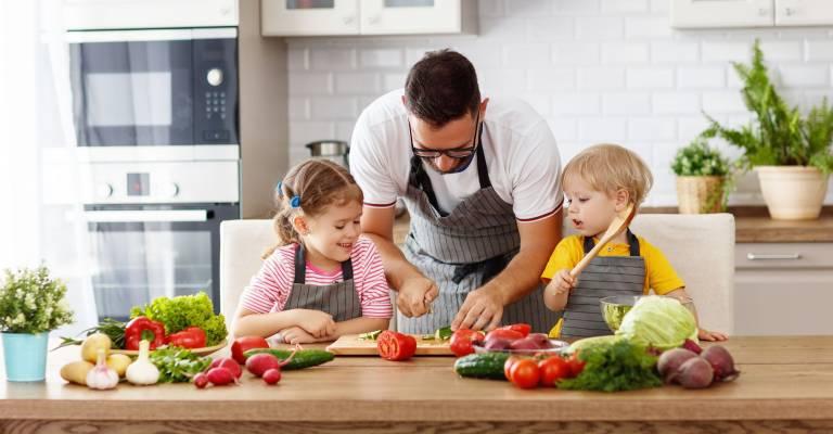 vader kookt met kinderen